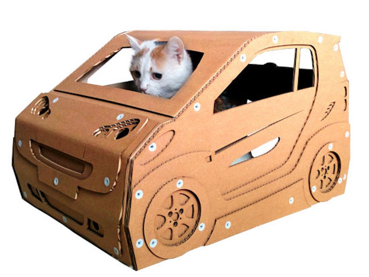 ネコがくつろぐスペース。ダンボールで作られた、ユニークなキャットハウス