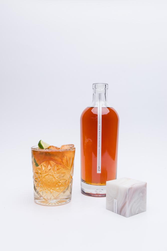 コカコーラのラベルを再利用して作られたラム酒「Fitzroy Navy Rum」