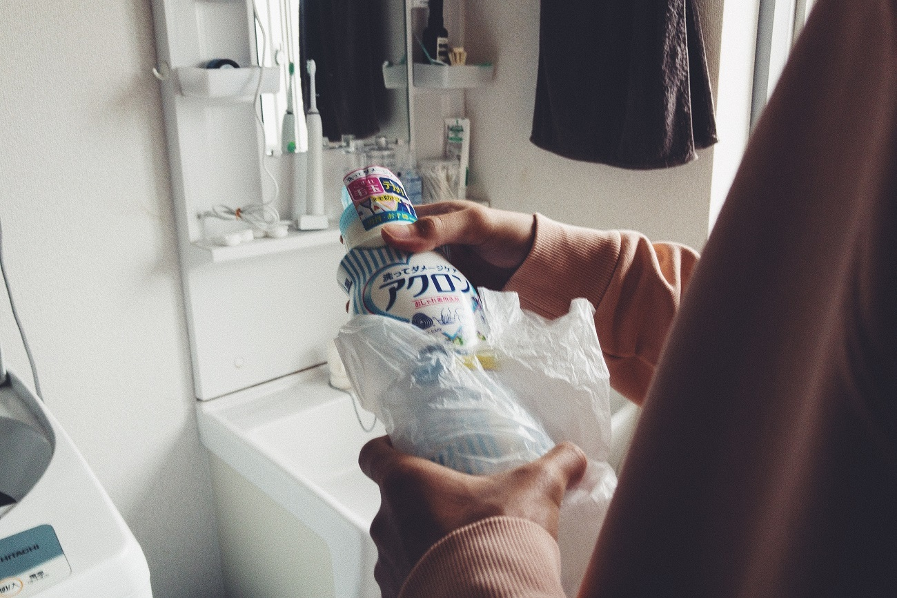 日常生活での妥協が増えてきた若者が、ある仕事でアクロンが開催する「お洗濯コン」に参加
