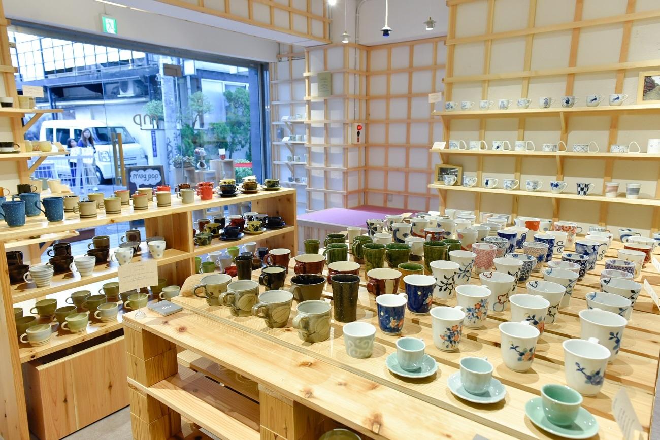 日本各地から集めた400種類以上が並ぶ、マグカップ専門店「Mug pop」(原宿)
