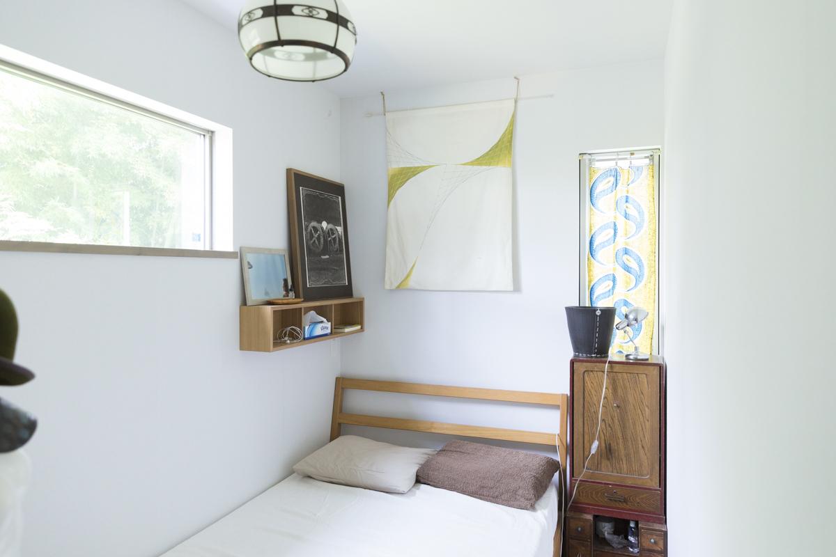 明るいこもれる寝室