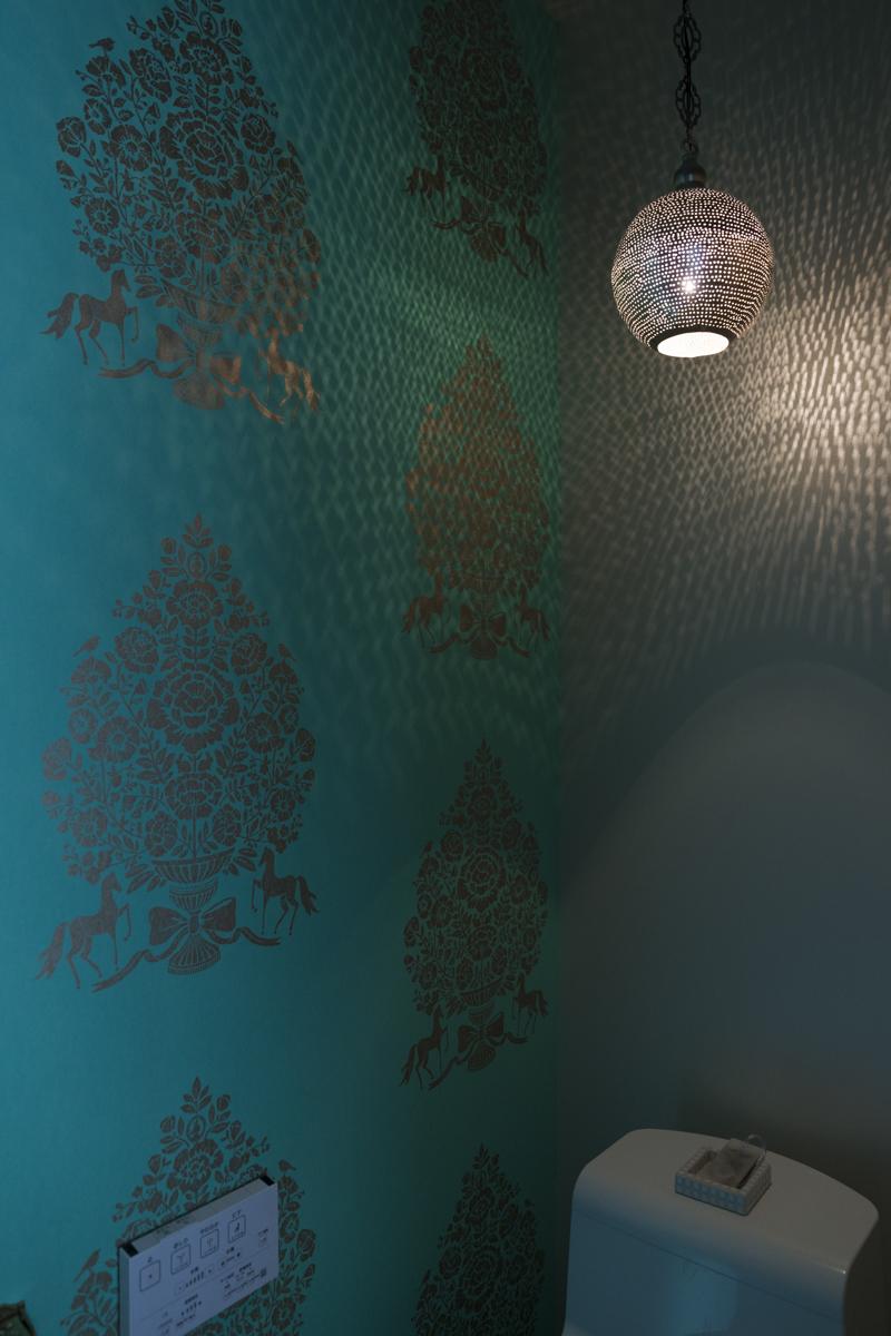 壁紙と照明にこだわったトイレ