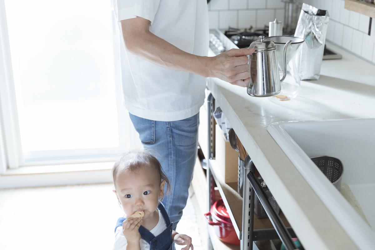 コーヒーを淹れるお父さん