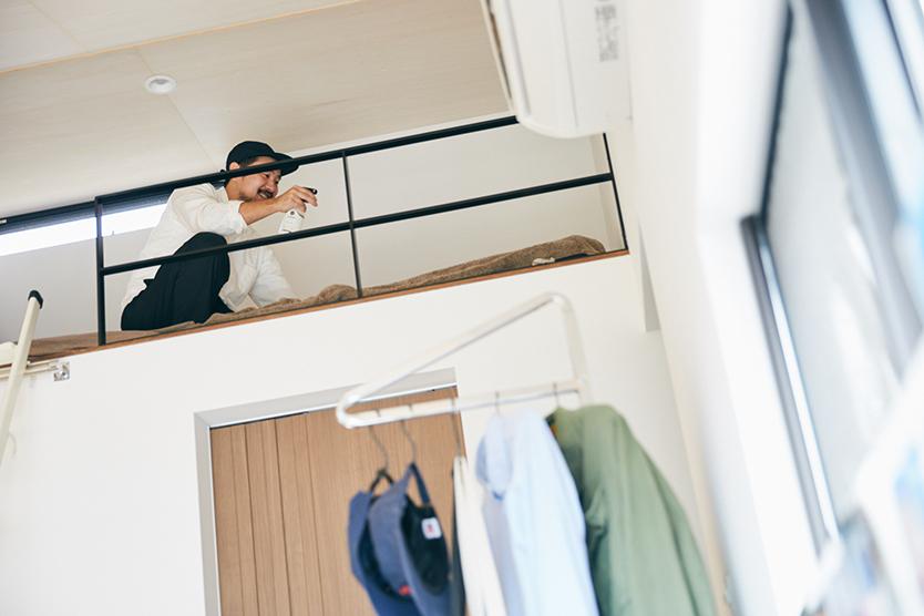 消臭剤をベッドに使う男性