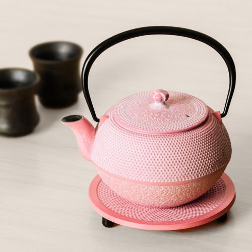 OIGENの「南部鉄器 急須/まろみアラレ(白ピンク)&瓶敷/アラレ14cmセット」