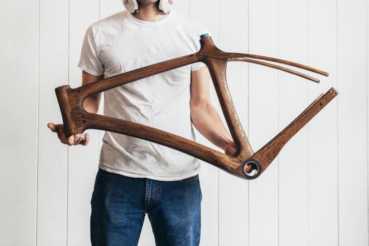 「ウィスキー樽」製フレームが渋い。同じものはふたつとない木製自転車