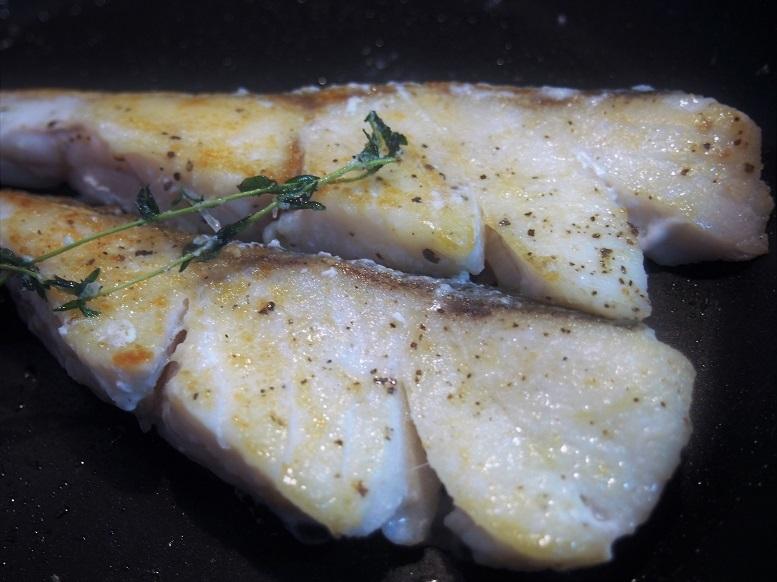 フライパンにオリーブオイル(大さじ1)をひき、鱈を色よく焼き、裏返したら1分ほどで火を止め取り出して、ひと口大にほぐす