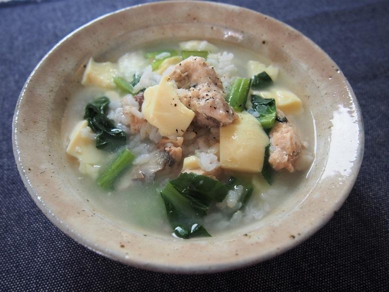 鮭缶を汁ごと使って、いい出汁に。『鮭缶雑炊』