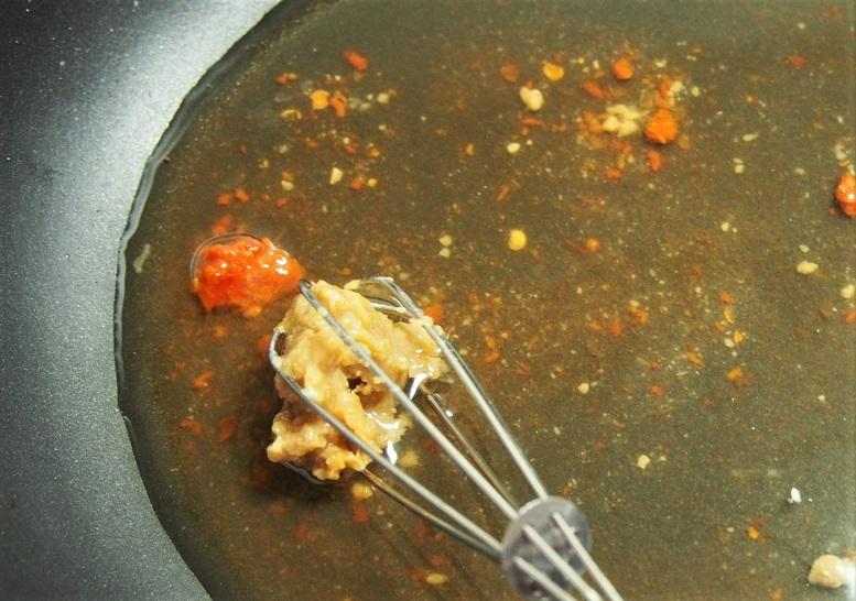 フライパンにおでんの汁を入れて火にかけ、味噌、豆板醬を加えて混ぜ溶かす