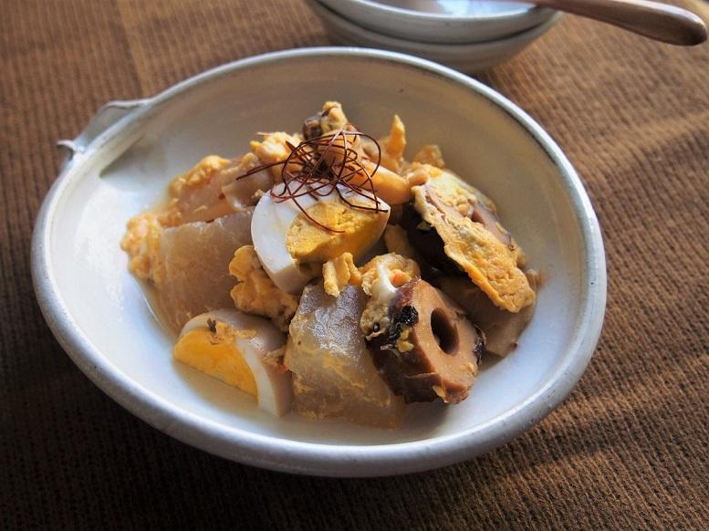 コンビニおでんをアレンジした、「おでんのピリ辛卵とじ」のレシピ