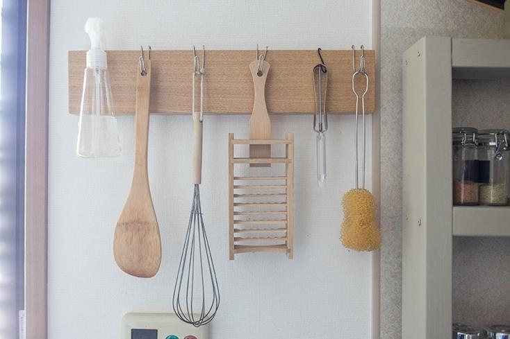 無印の「壁に付けられる家具」で、狭いキッチンの賢い収納法