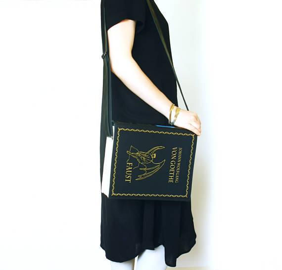 おしゃれな本型のショルダーバッグ