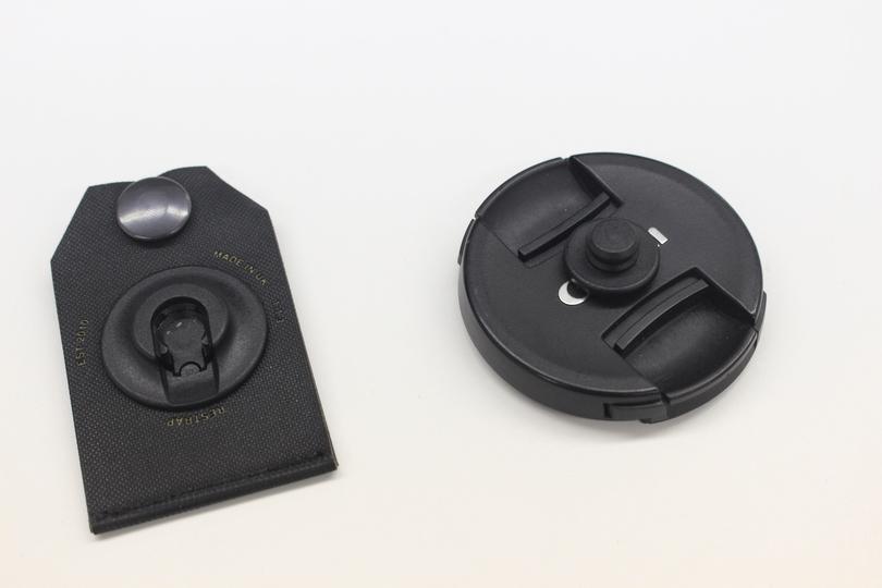 磁石の力でレンズキャップをくっつけておけるSling