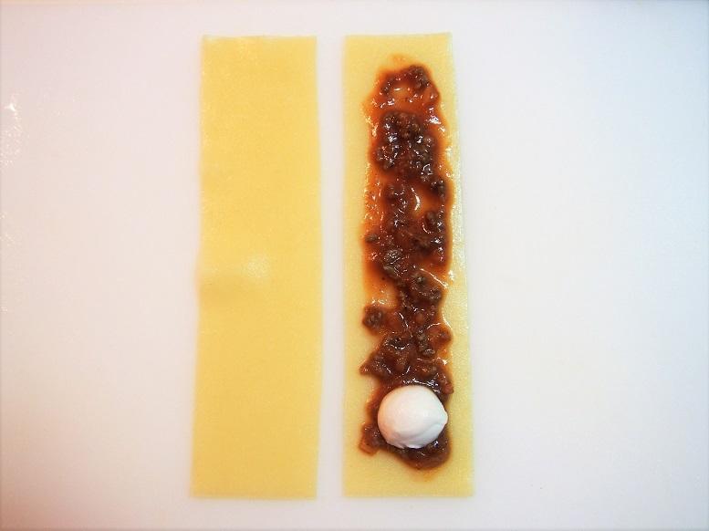 ラザニアを縦半分に切り、モッツアレラチーズはラザニアの幅より小さい一口サイズに切る