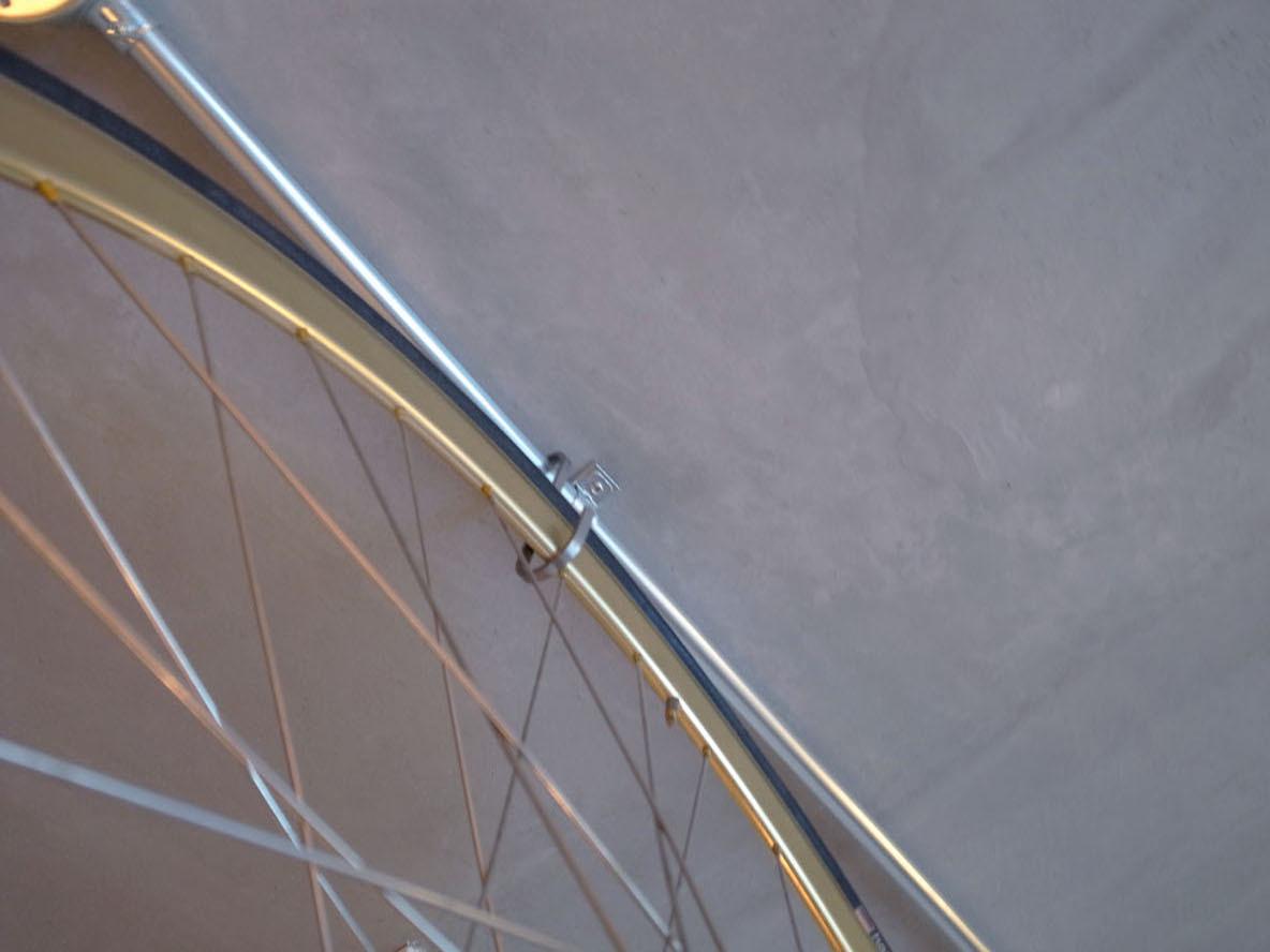 ヴィンテージパーツのピストバイクを天井から吊るす