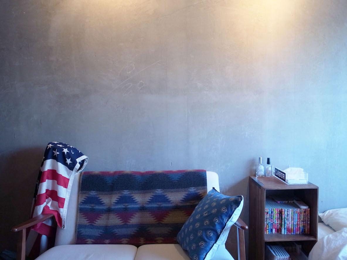 天井の高い打ち放しの壁
