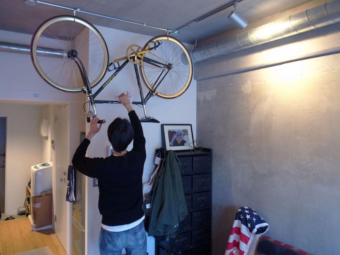 天井のむき出しパイプに自転車を吊るすアイデア