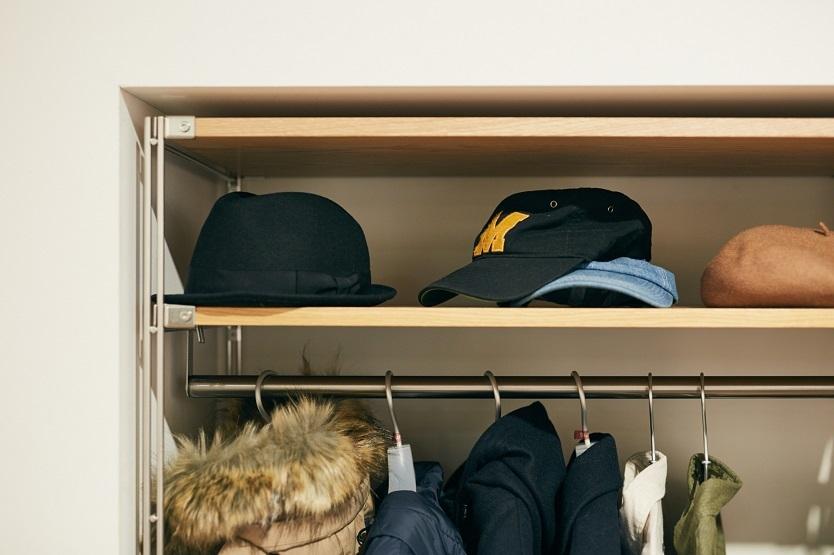 帽子は棚に置くスタイルもアリ。型がキープできるし、選びやすそうだ