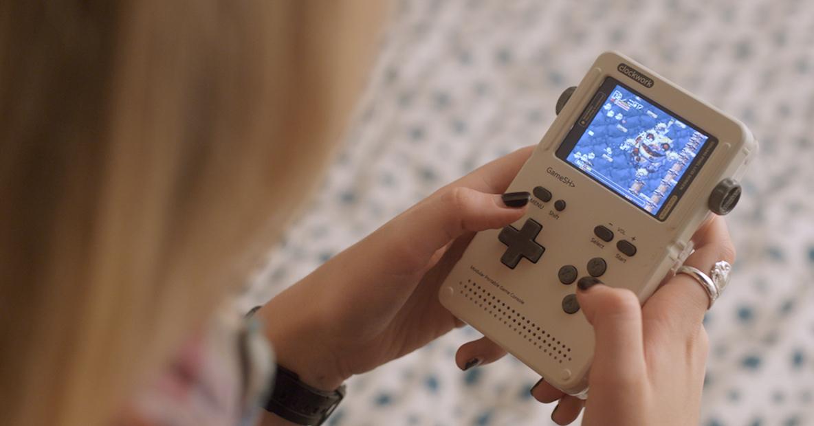 レトロゲームや自作ゲームで遊べる、オープンソース型ゲーム機「GameShell」
