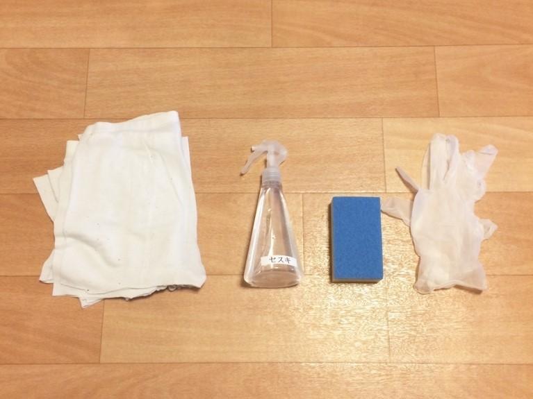 ビニール手袋・スポンジ(使い古しでOK!)・セスキスプレー・ジェラピケ雑巾(断捨離した服)・クイックルワイパー(ドライ)など、網戸の掃除道具の準備