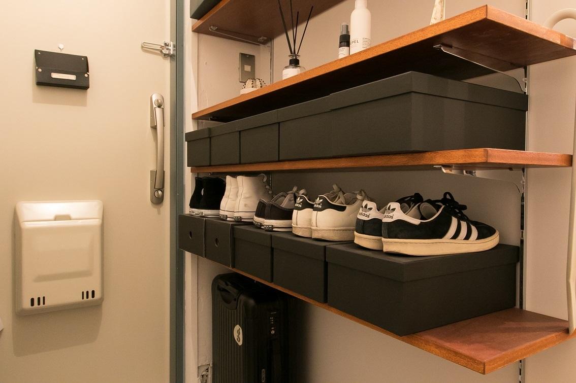 白と黒以外の見せたくない靴はAmazonで購入した黒い靴箱の中へ