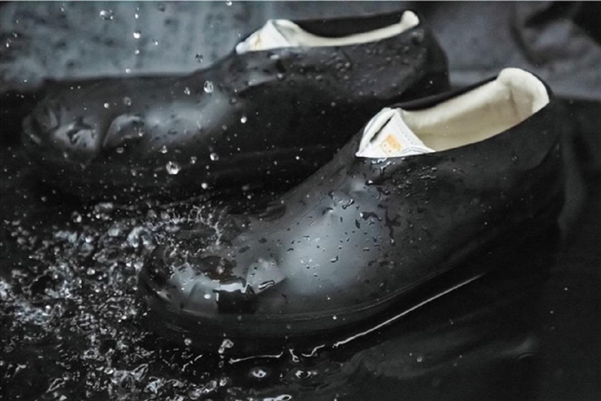 突然の雨でも、もう白スニーカーが汚れない!靴用のレインウェアが登場