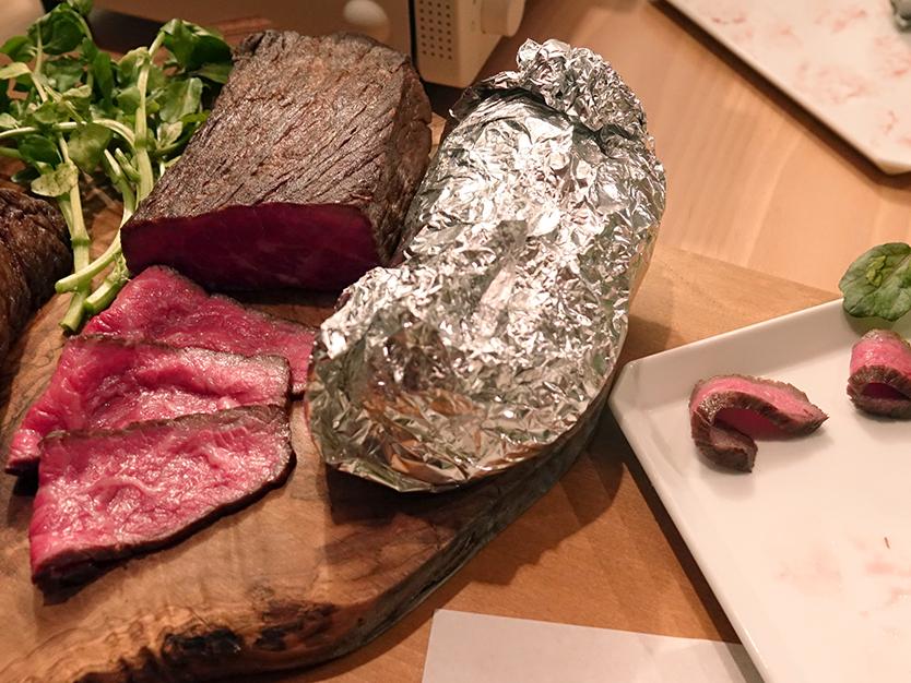 アルミホイルで肉を包み10〜30分置く