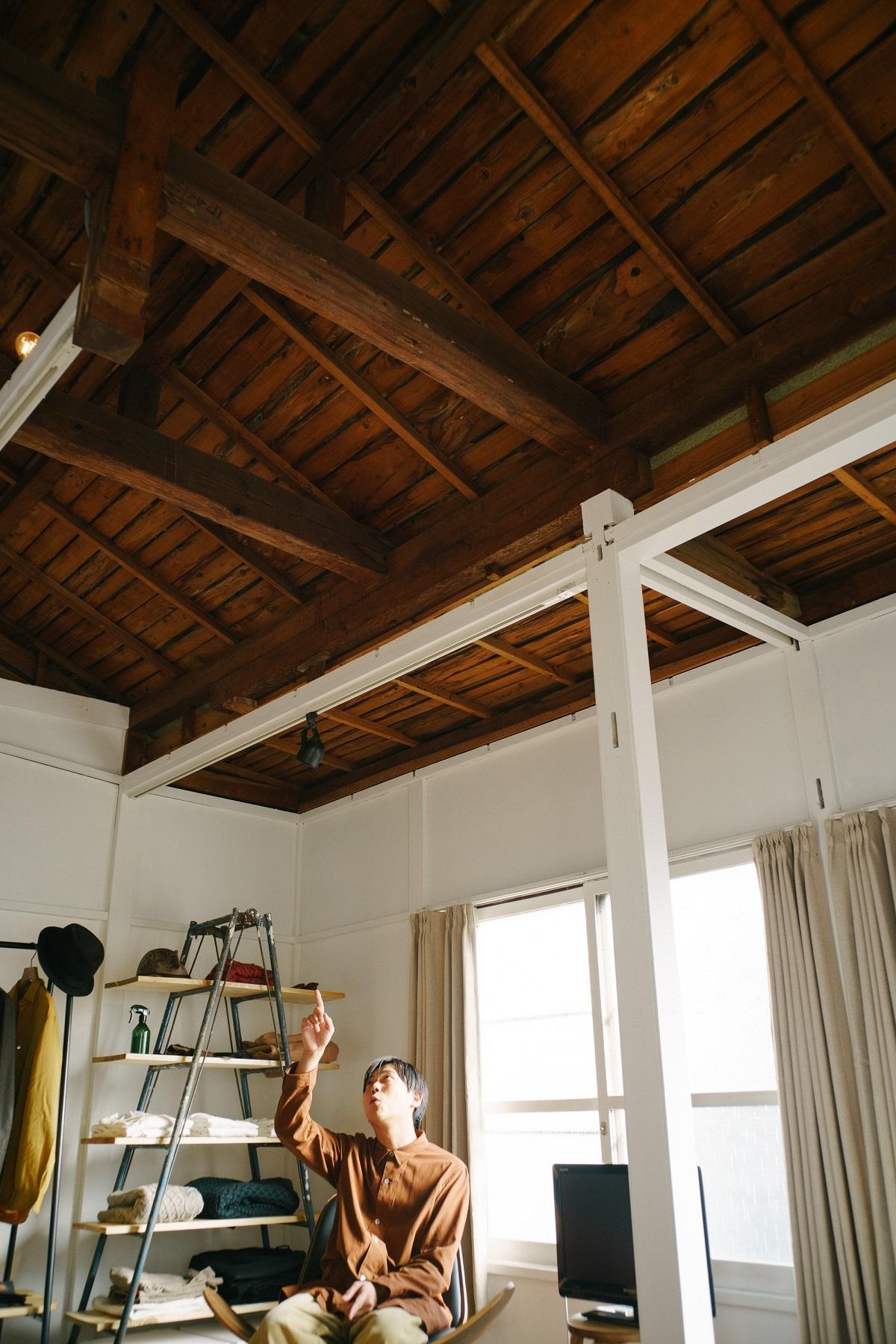 天井を眺めながら過ごすリビング