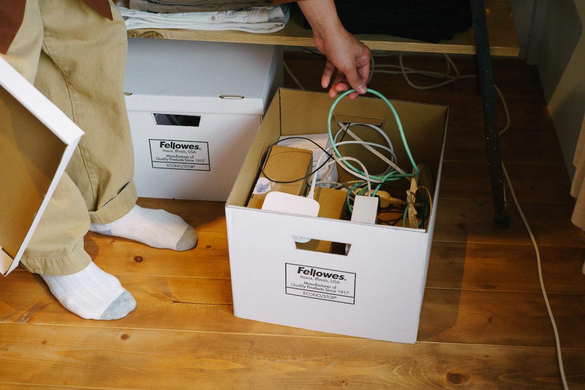 コード類はまとめて紙製のボックスに収納