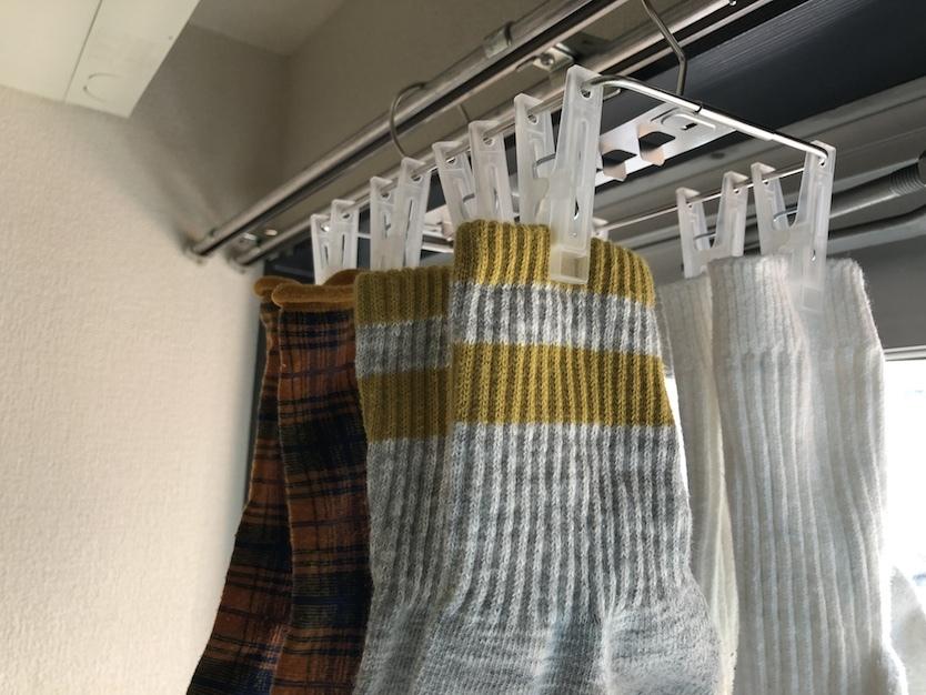 部屋干しハンガーの「洗濯バサミ争い」から離脱する靴下・下着