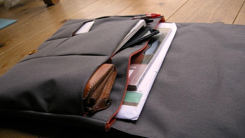 ポケットが重ならないので、書類や文具の取り出しがラク