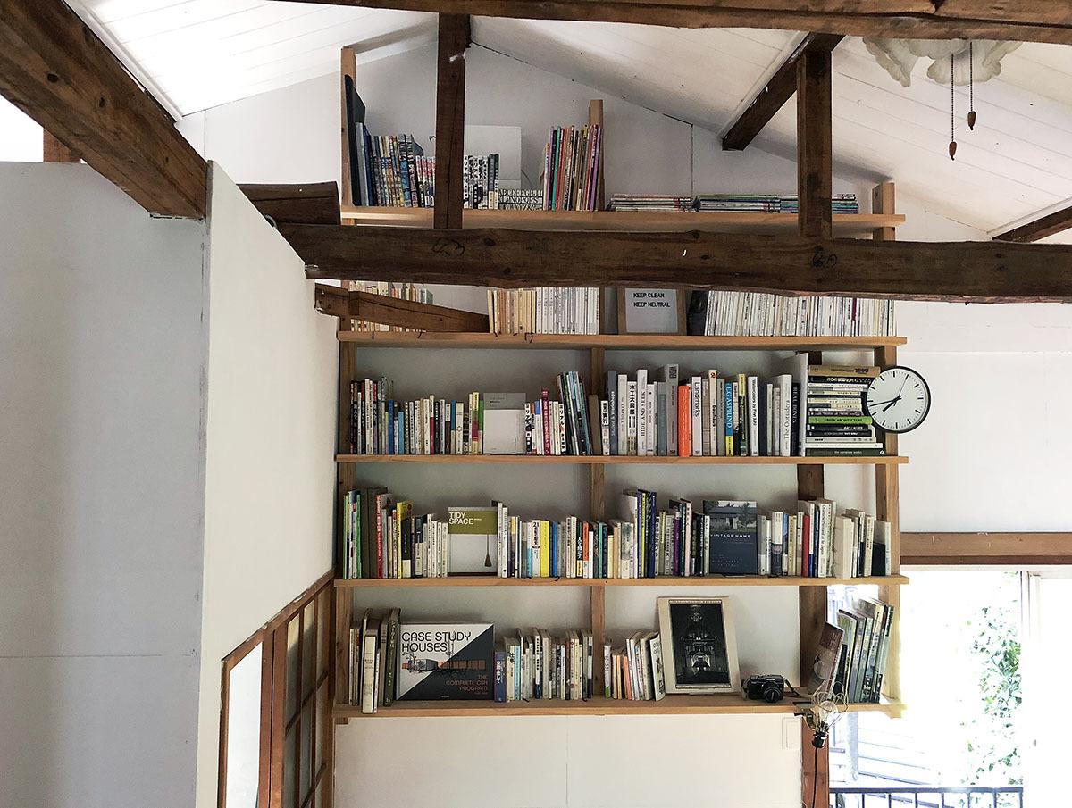 壁一面にDIYした「本棚」を、部屋のアクセントに|わたしの部屋