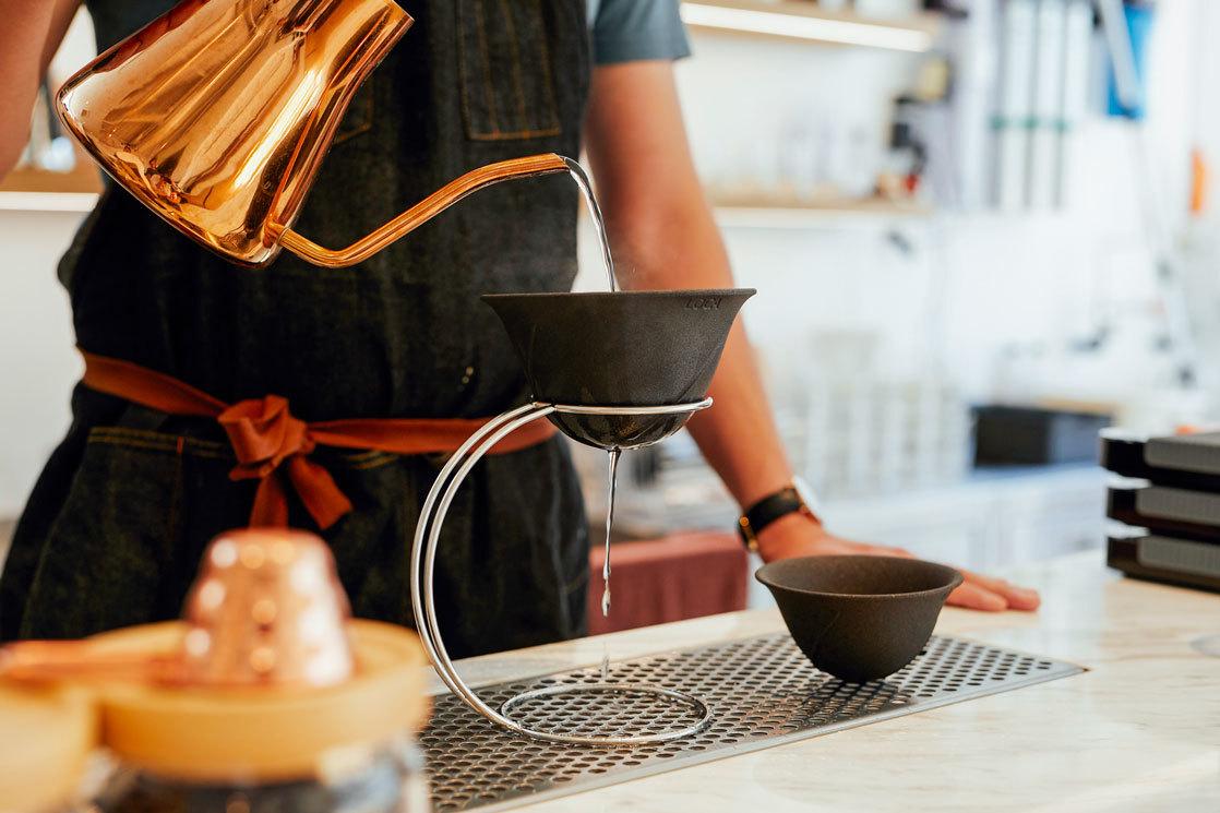 繰り返し使える!有田焼から生まれたコーヒーフィルターは、ゴミも手間も省けます
