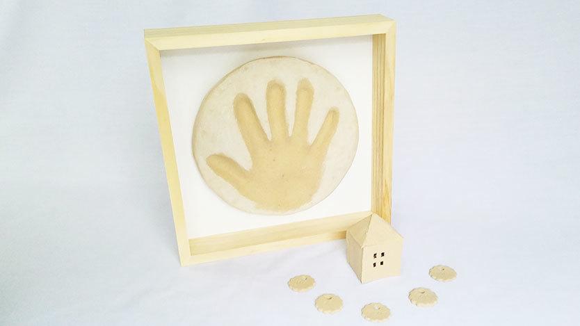 イケアと100均グッズで、赤ちゃんの手形インテリアをカンタンDIY|KIDS ROOMIE
