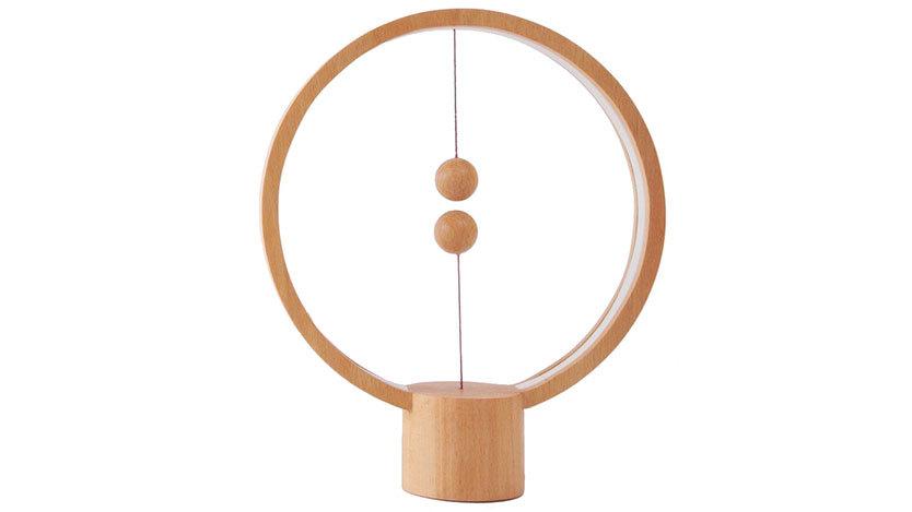 この木枠にぶら下がった2つのボールが、寝室で役立つとは…