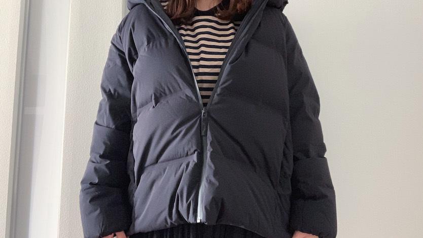 e9b3a6b0c1b8a ジャストサイズで着るのはもちろん、オーバーサイズで肩を落として着るのもトレンド感があって◎。