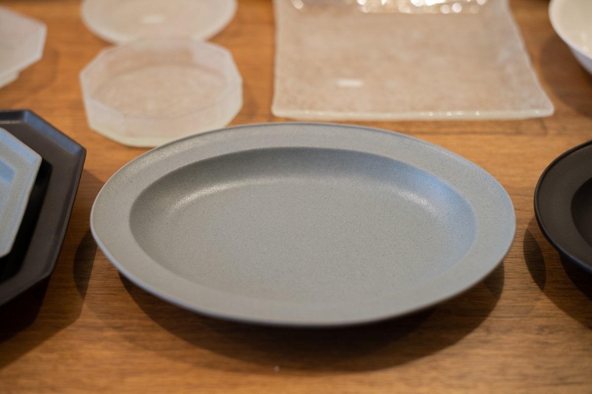 モダンなデザインで食卓が締まるのに、子どもに優しい皿って…どんなイケメン皿や