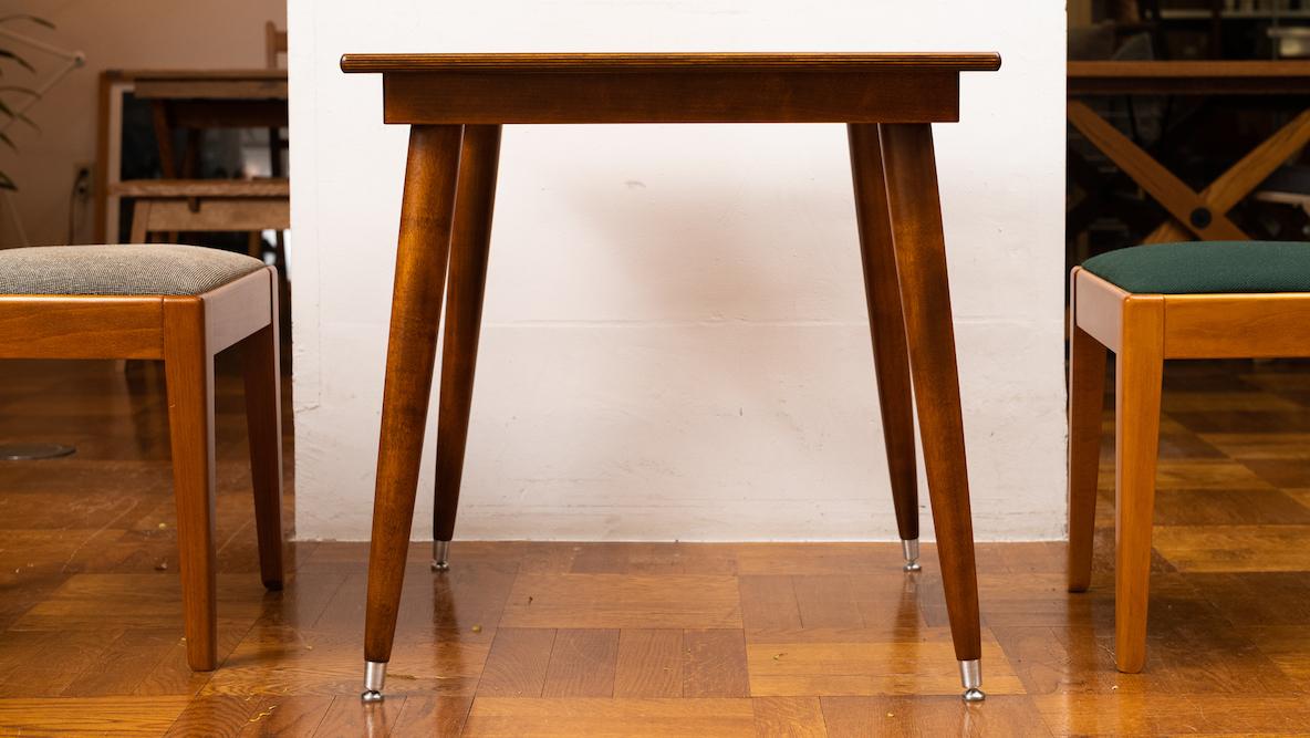 P.F.Sのテーブル、くつ下履いてるみたいで可愛いな〜