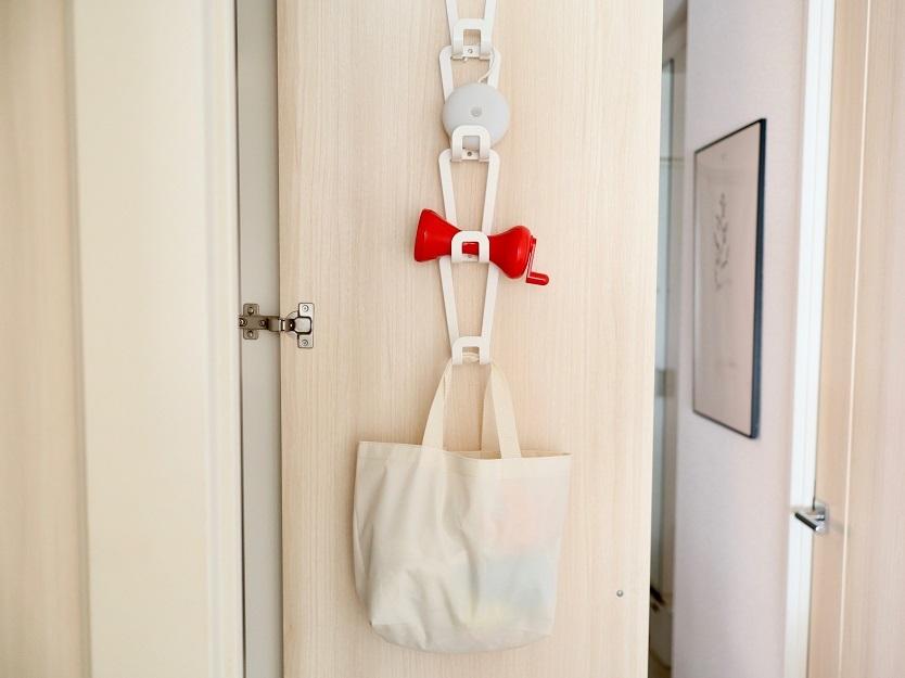 山崎実業のジョイントバックハンガーチェーンに鞄を収納するイメージ