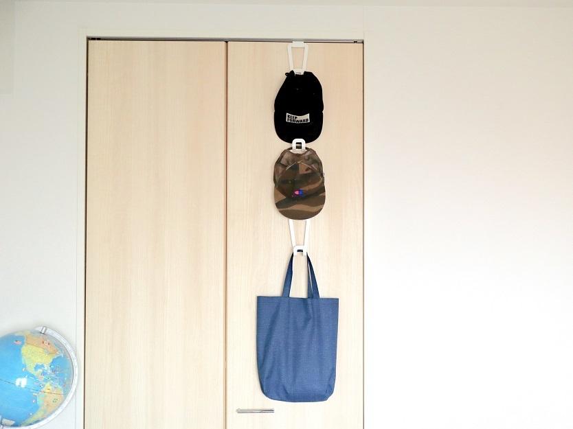 山崎実業のジョイントバックハンガーチェーンに帽子を収納するイメージ