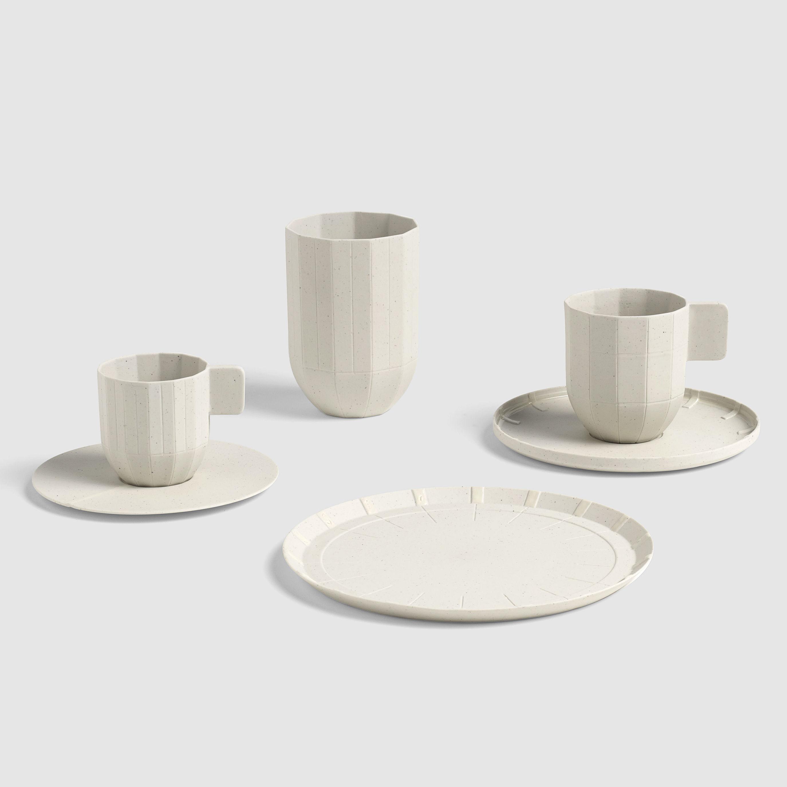 北欧インテリアブランド「HAY」の、紙みたいな質感のカップ。これがまさか有田焼だとは…