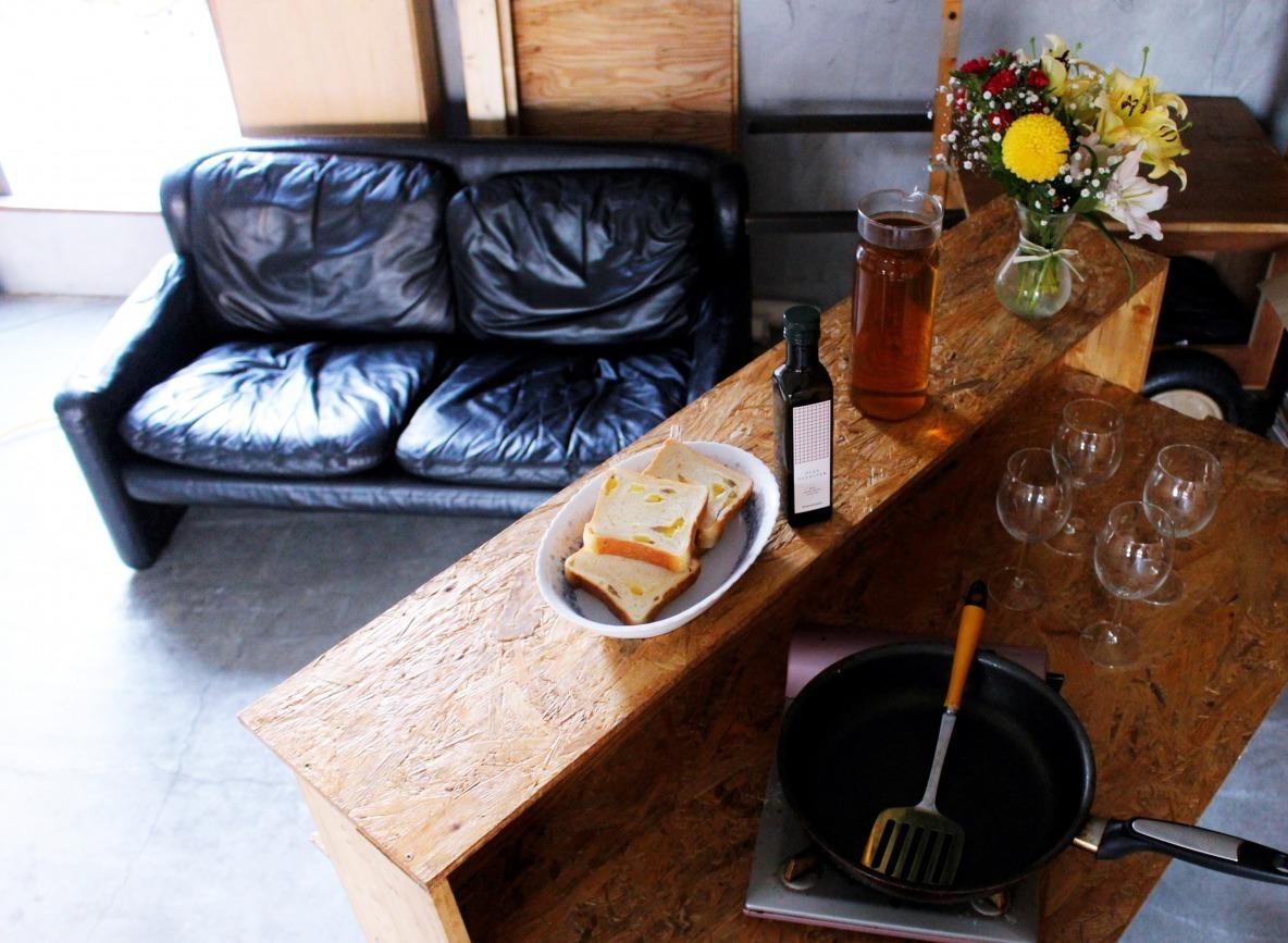 キッチンにもDJブースにもなる手作りバーカウンターが、住人たちのチルスペースに│わたしの部屋
