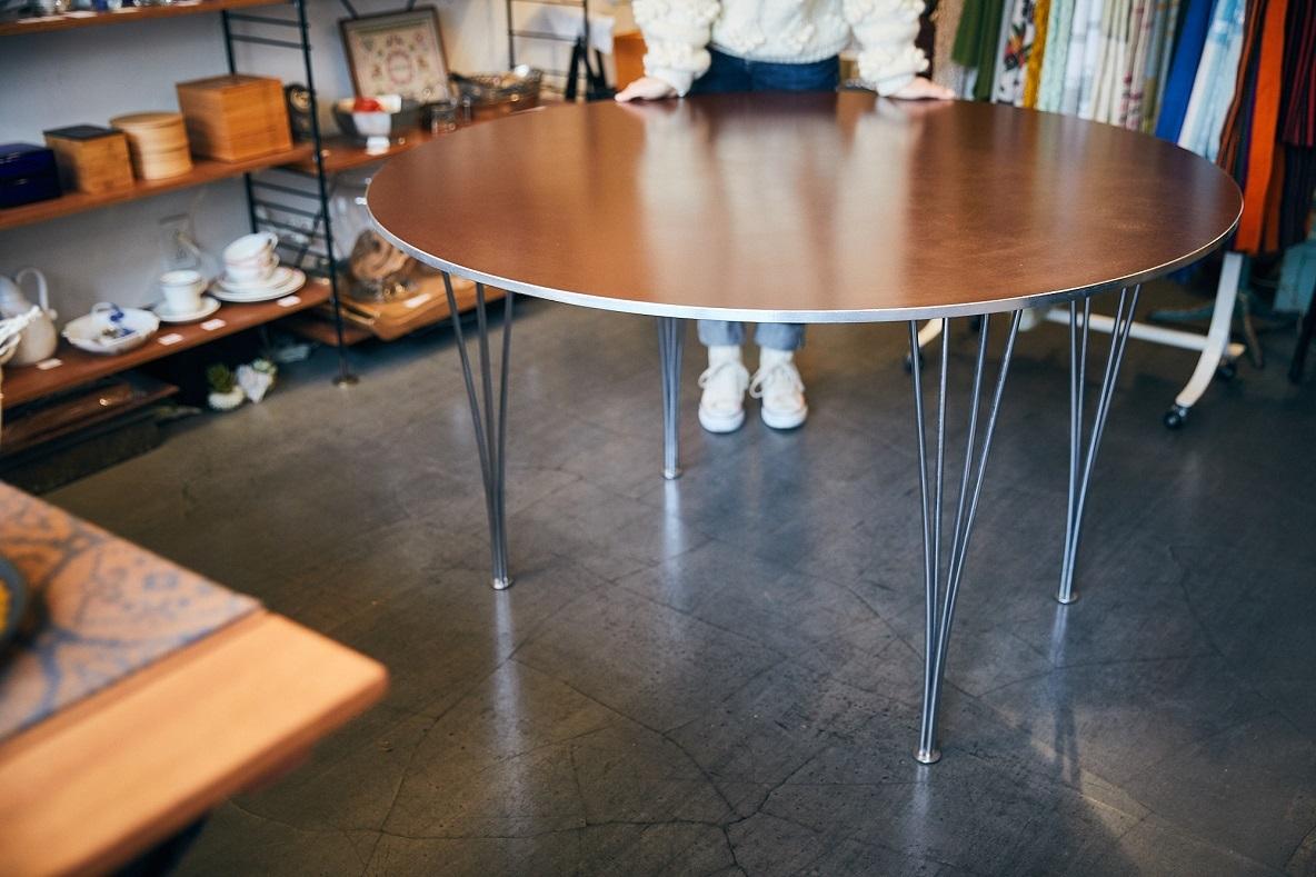 フリッツ・ハンセンのダイニングテーブルは、その脚もふくめて楽しめる贅沢なヴィンテージアイテムなのだ
