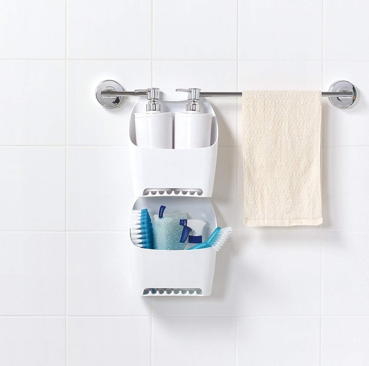 シャンプーの底裏のカビ、ヌメり防止にも!タオルバーを有効活用したバスケットでお風呂の収納力がアップできそう | ROOMIE(ルーミー)