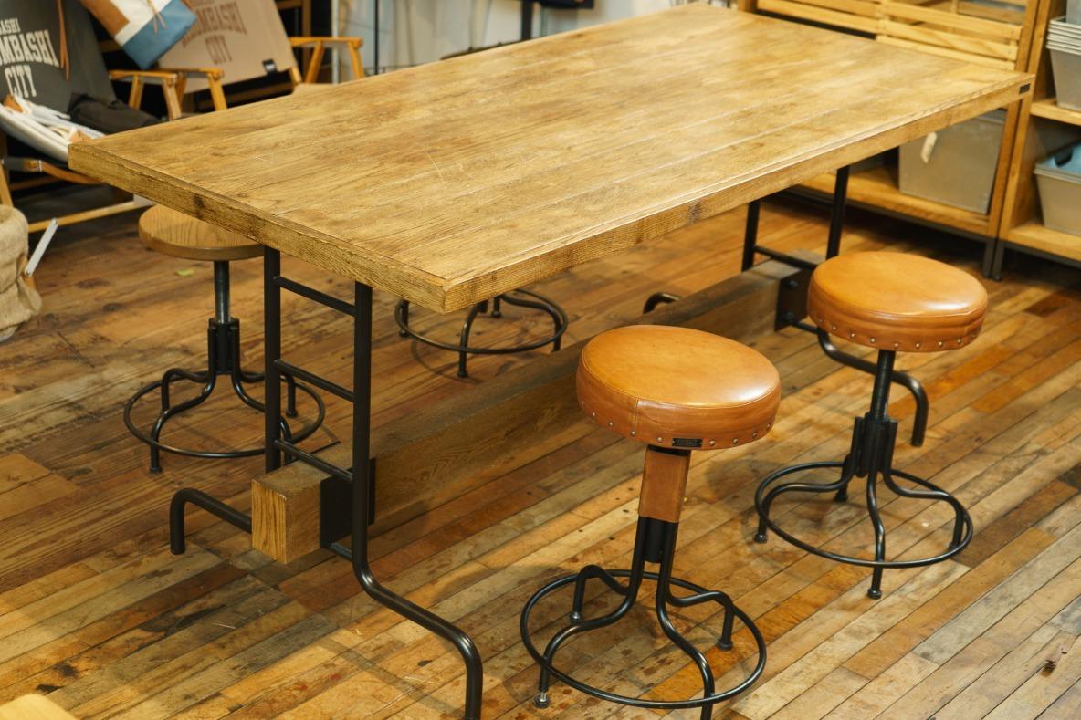 天板の下にあるのは梁…!? INOUTのダイニングテーブルは、重厚感と美しさが両立してるぞ…