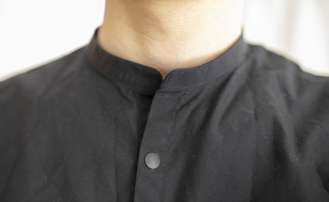 前ボタンが3つだけ! 新しいMUJI Laboのスタンドカラーシャツ、最高に心地いいな〜!|マイ定番スタイル