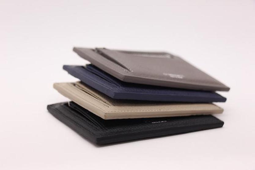 厚さ1cmの財布…!? ほんとに「はさむ」だけで大丈夫なの…?