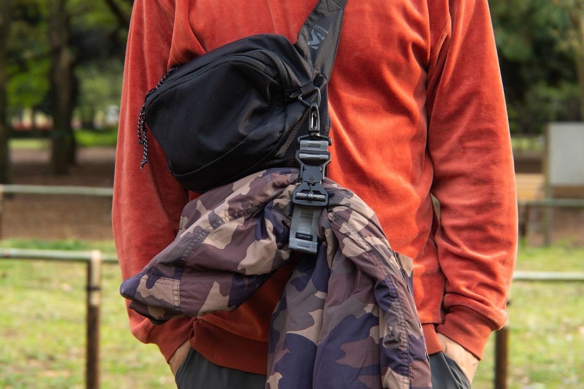 脱いだ上着は吊るしちゃえ!DSPTCHのユーティリティストラップでバッグの収納1UP | 身軽スタイル
