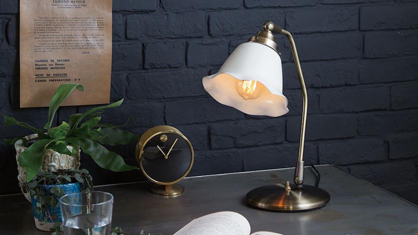 このランプ、ちょっとアンティークっぽいな〜。やさしい明かりで喫茶店みたいに落ち着けるかも…