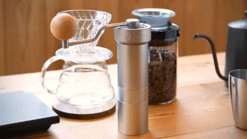"""コーヒー豆は""""砕く""""から""""切る""""へ。小さなグラインダーが、いつものコーヒーをプロ仕様にしてくれるらしい…"""